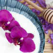 Orchid flowers in a bowl of milk - Lizenzfreies Foto