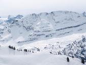 Lugar de esquí en los Alpes suizos — Foto de Stock