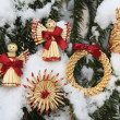 Christmas decoration items on the snow covered tree — Stock fotografie