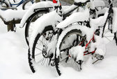 Snow covered bicycles in the street — ストック写真
