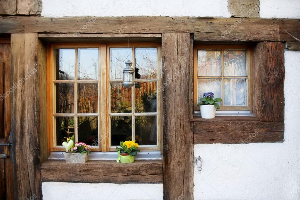 Finestre in legno rustica foto stock yulan 41880779 for Case di legno rustico