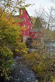 Czerwony młyn jesienią — Zdjęcie stockowe