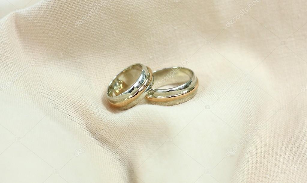 Wedding rings in white and yellow gold — Stock Photo #13542472