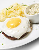 стейк из говядины с жареным яйцом — Стоковое фото