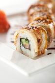 サーモンと燻製ウナギ巻き寿司 — ストック写真