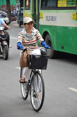 Cyclist in Vietnam street — Stock Photo