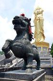 Leão chinês na frente de buddha — Fotografia Stock