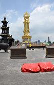 люди, молиться в китайский храм — Стоковое фото