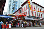Bustling street of Chinatown district in Singapore. — Stockfoto