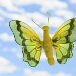 Farfalla di stoffa vola nel cielo blu — Stock Photo #12387314