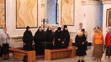 Rosyjski kościół prawosławny. wnętrze, ikony, świeca, życie. — Wideo stockowe