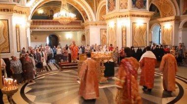 ロシア正教教会。インテリア、アイコン、ろうそく、生活. — ストックビデオ