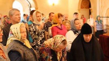 église orthodoxe russe. l'intérieur, des icônes, des bougies, des vie. — Vidéo