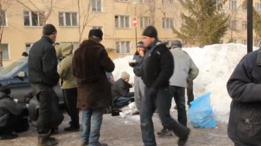 Distribution of hot meals to homeless persons, Russia — Stock Video