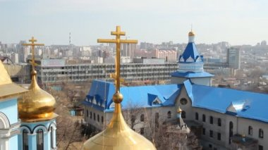 русская православная церковь. интерьер, иконы, свечи, жизнь. — Стоковое видео