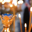 Russian Orthodox Church. Burning candles on a candlestick - Foto Stock