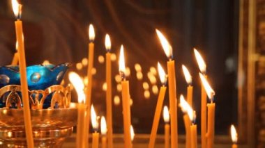 Russian Orthodox Church. Burning candles on a candlestick — Stockvideo