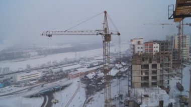 Winter construction. With the boom of a crane. — Stock Video