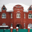 Red brick house in the snow — Stockfoto