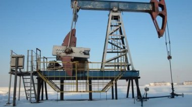 Oil production in the winter. Oil pumps — Stock Video