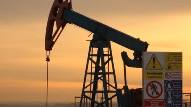 Oil production. Oil pumps at sunset — Vídeo Stock