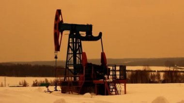 Oil production. Oil pumps at sunset — Stockvideo