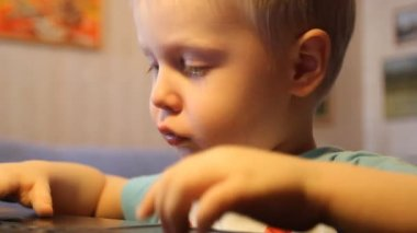Boy playing computer — Stock Video