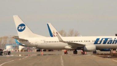 波音-737 utair,板房 vq bqp 于码头,机场乌发 — 图库视频影像