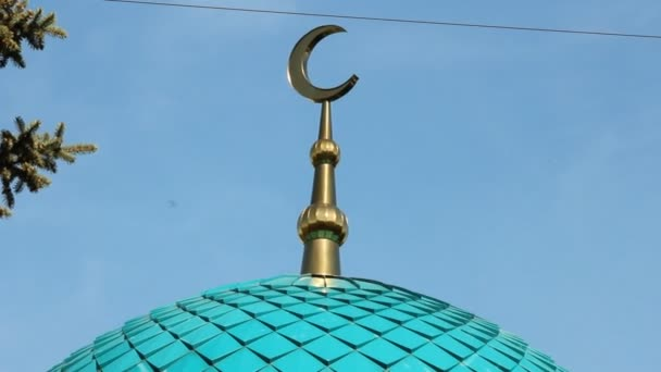 The crescent at the mosque against the sky. Islam — Vidéo