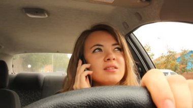 Young girl talking on the phone while driving — Vídeo de stock