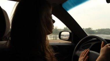 Chica de pelo largo al volante de un coche. río — Vídeo de Stock