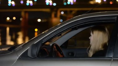 A young girl in the car on the night promenade. The meeting , anticipation, love, dating — Stock Video