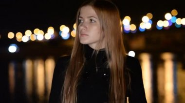 The young girl on a night promenade. The meeting , anticipation, love, dating — Stock Video