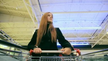A girl in a supermarket — Wideo stockowe
