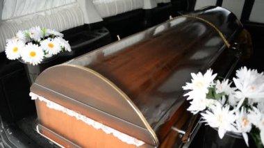 El ataúd en un coche fúnebre — Vídeo de stock