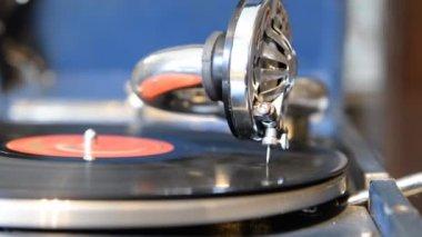 Jouant sur les vieux disques de gramophone — Vidéo