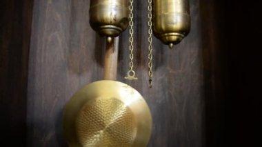 Kettlebell old pendulum clock — Stock Video
