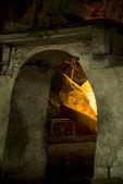 Mağaranın içinden taş door2 yatan Buda heykeli görmek — Stok fotoğraf