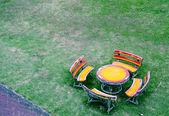 Sede e tavolo apparecchiato nel garden1 — Foto Stock