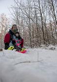 мать и дитя, происходит спуск на санях снег — Стоковое фото