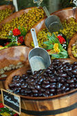 Selling olives on the market — Stock fotografie