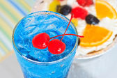Cocktail and fresh fruited cake — Stockfoto
