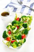 Brokuły z cukinią i szparagami sałatka — Zdjęcie stockowe