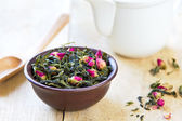 Green tea leaves with rose buds — Foto Stock