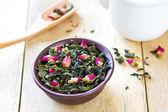 Hojas de té verdes con capullos de rosa — Photo