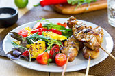 Chicken skewer with salad — Stock Photo