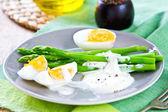 Espárragos con huevos cocidos — Foto de Stock