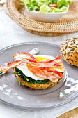 Bacon ,Egg and Spinach Sandwich breakfast — 图库照片