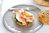 Bacon,Fried egg and steamed spinach on Pumpkin bread breakfast — Стоковое фото