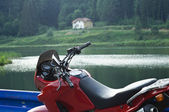 Motorcycle near the lake — Stock fotografie